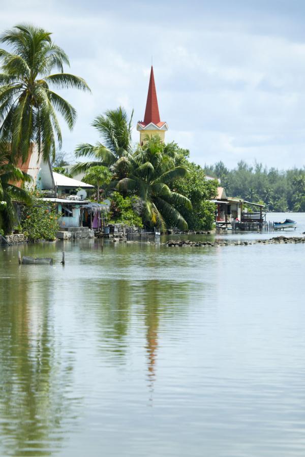 L'île de Huahine et ses petits villages disséminés sur les côtes qui trempent dans un lagon fabuleux © Tahiti Tourisme