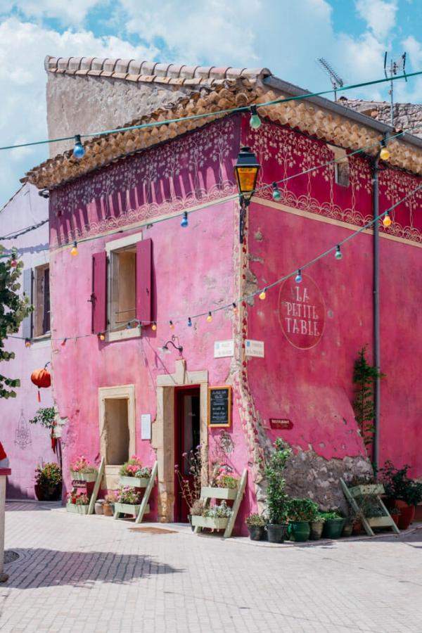 Le restaurant La Petite Table au bord de la place du village © DR