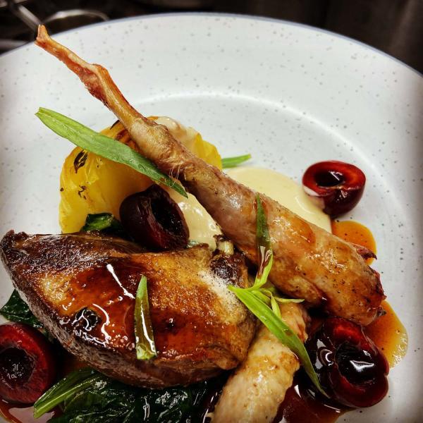 Pigeonneau du Pays de Caux désossé, filet rôti, cuisses et ailes confites, millefeuille de pomme-de-terre et jeunes pousses de tétragones © DR