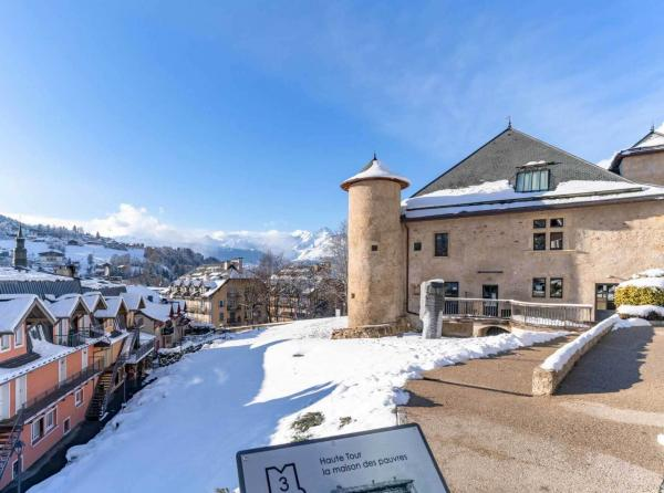 Une visite à la Maison Forte de Hautetour pour découvrir l'histoire des guides de haute montagne et visiter à chaque saison une nouvelle exposition d'art contemporain © Boris Molinier