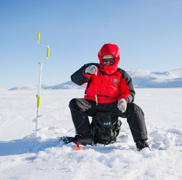 Pêche sur glace en Laponie finlandaise © Juho Kuva - VisitFinland