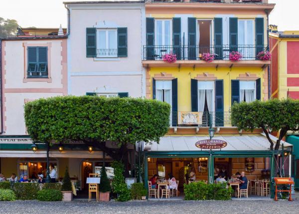 En bas à gauche, l'élégante terrasse du Chuflay, au sein du Belmond Splendido Mare © YONDER.fr