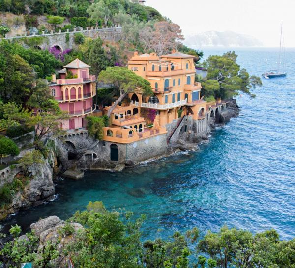 Une balade sur le tapis rouge permet d'admirer les immenses villas qui peuplent la côte © YONDER.fr