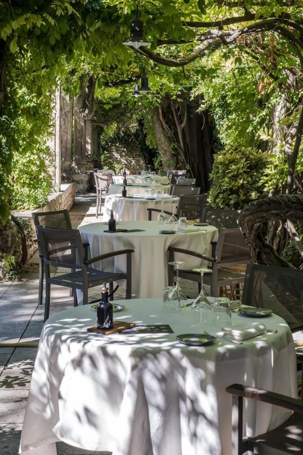 Le Prieuré Baumanière | Terrasse du restaurant © Virginie Ovessian Photographe