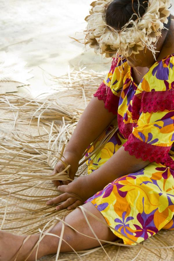 Tissage sur l'île de Rurutu © Tahiti Tourisme