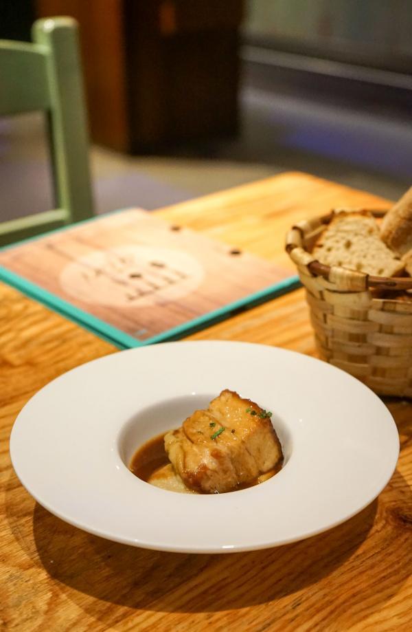 Lard grillé (panceta) et son jus, purée d'artichauts © YONDER.fr