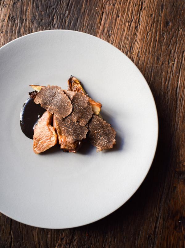 Pigeon rôti, endive, truffe © YONDER.fr