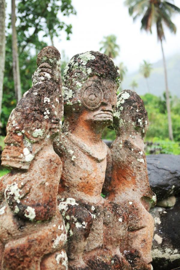 Statut sur l'île de Nuku Hiva © Tahiti Tourisme