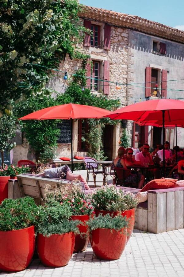 Castigno – Terrasse du restaurant La Petite Table © DR
