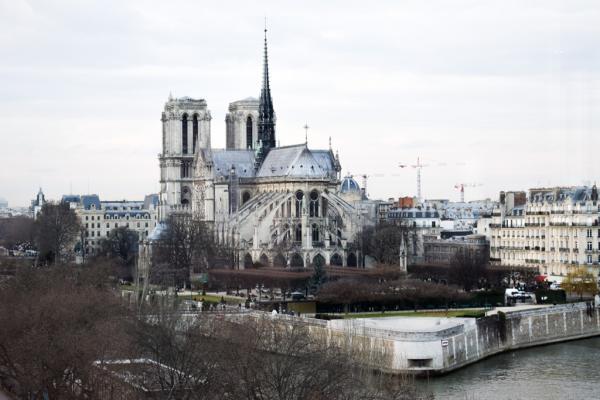 Vue sur Notre-Dame depuis la salle à manger © YONDER.fr