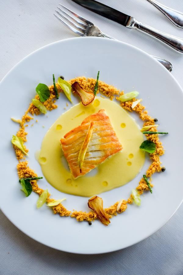 Aile de raie bouclée de petit bateau, citron de Menton, câpres, amandes, salicornes, poudre de noisettes © YONDER.fr