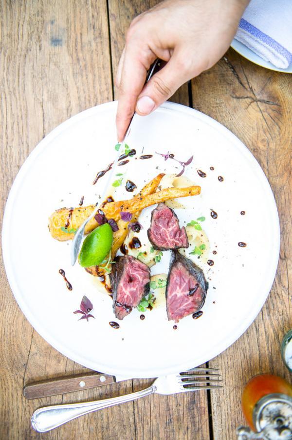 Le boeuf préparé en 3 étapes est l'un des plats signatures du chef © Uptown