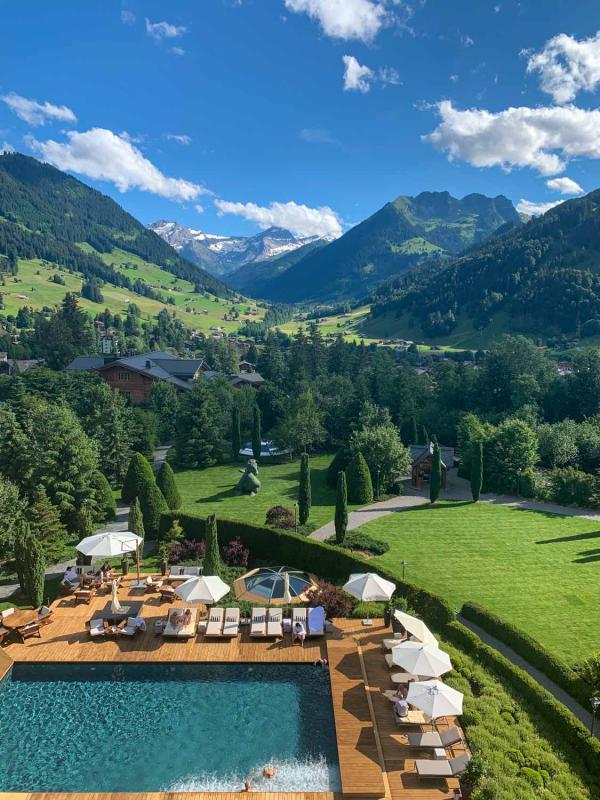 La piscine extérieure chauffée même en hiver © The Alpina Gstaad