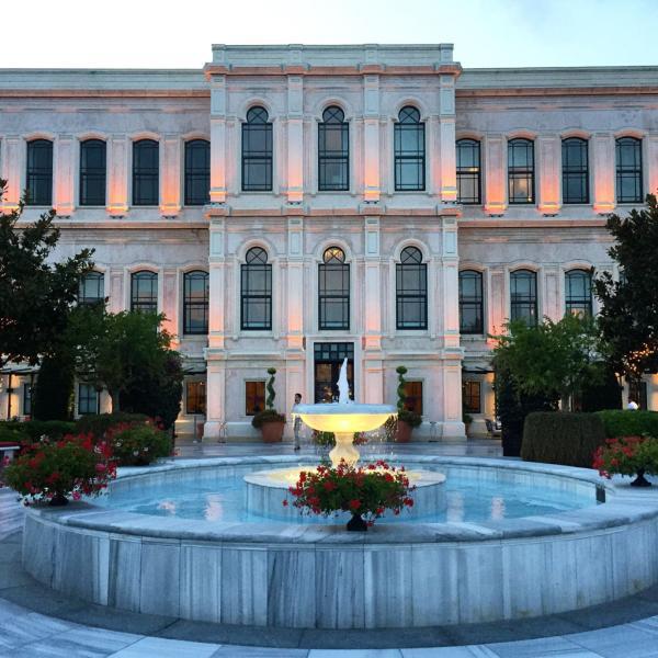 La façade de l'ancien palais Atik Pasha à la tombée de la nuit © Yonder.fr
