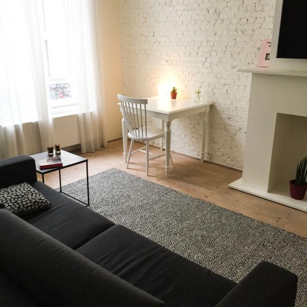 Un grand sofa fait face à une cheminée dans le salon d'une Deluxe Suite © Yonder.fr