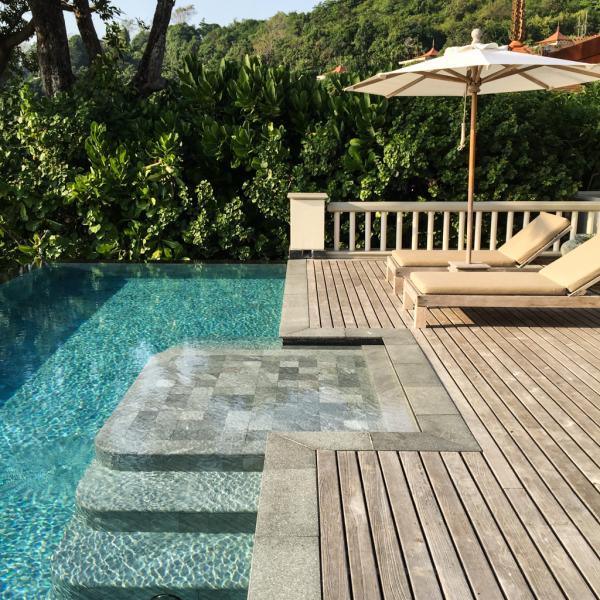 Particularité du Trisara, toutes les chambres, suites et villas disposent de magnifiques piscines infinity surplombant la mer | © Yonder.fr