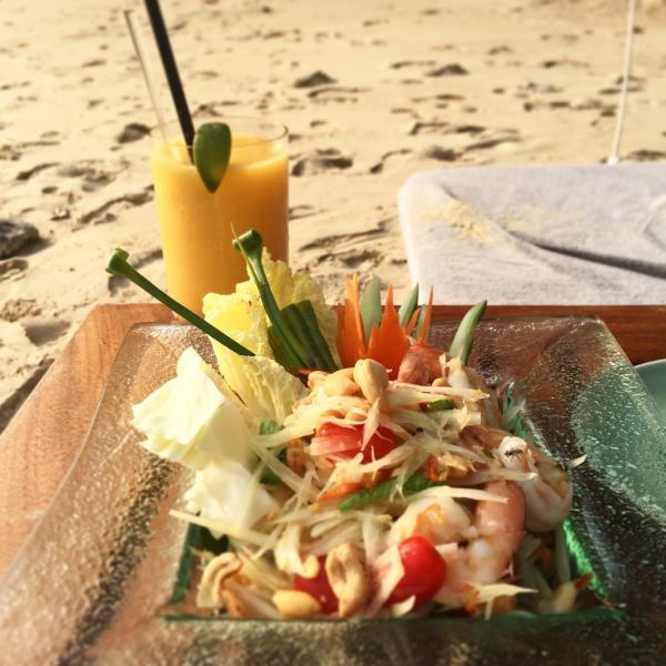 Cocktail et thaï food sur la plage | © Yonder.fr