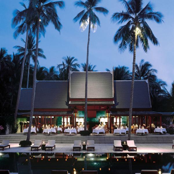 Dîner au bord de la piscine dans un pavillon à l'architecture thaïlandaise typique de l'Amanpuri | © Aman