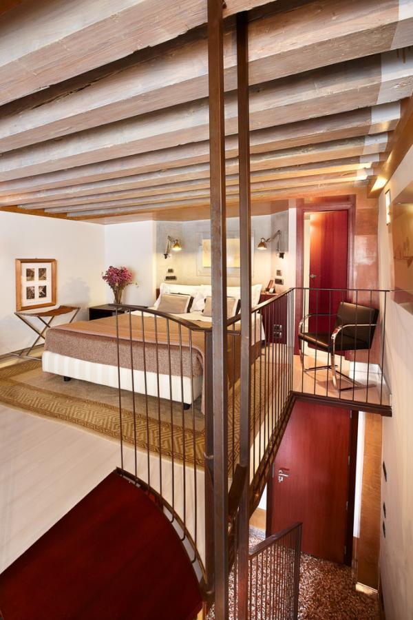 L'une des deux chambres Duplex avec son lit en mezzanine | © Ca' Pisani Hotel