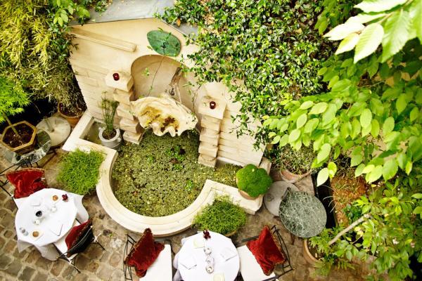 La terrasse de poche du Restaurant, ouverte aux beaux jours | © Amy Murrell