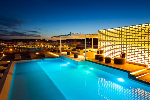 La piscine rooftop de l'hôtel à la tombée de la nuit | © Aguas de Ibiza