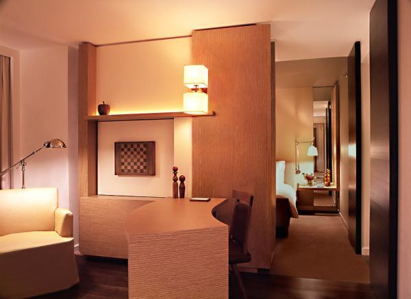 Une chambre Premier Park Deluxe avec son espace salon séparé de la chambre| © Park Hyatt Washington