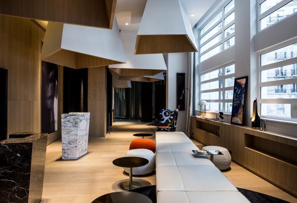 Le lobby du Cinq, une introduction au style tranché de Nuel | © Le Cinq Codet