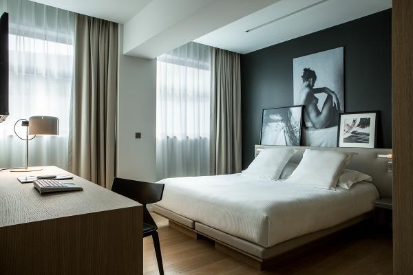 Chambre Deluxe : style épuré et œuvres d'art | © Le Cinq Codet