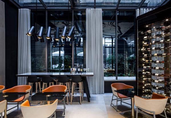 L'espace bar-lounge-restaurant s'ouvre sur le patio | © Le Cinq Codet
