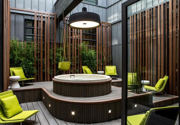 Au spa, une surprise attend les hôtes : un jacuzzi extérieur | © Le Cinq Codet