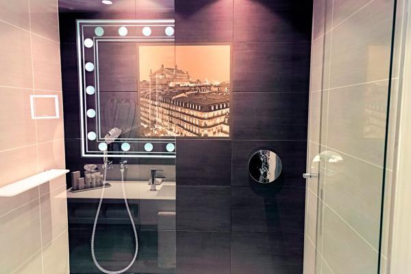Salle de bain avec douche à l'italienne. © Indigo Hotels