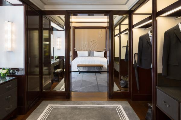 Les chambres de catégorie supérieure et les suites disposent de fastueux dressings, comme ici dans une Suite Supérieure | © The Peninsula Hotels