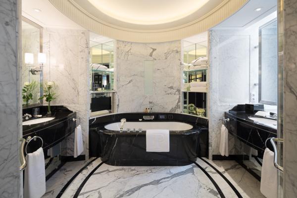 Une salle de bain tout en marbre, symbolique du standard de luxe de l'hôtel  | © The Peninsula Hotels