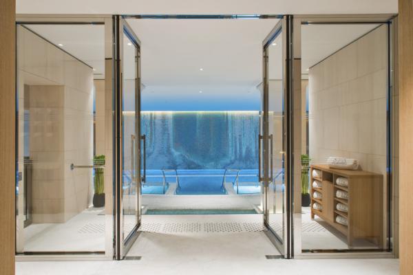 Piscine de 20 mètres dans le spa de l'hôtel, réservée aux guests | © The Peninsula Hotels