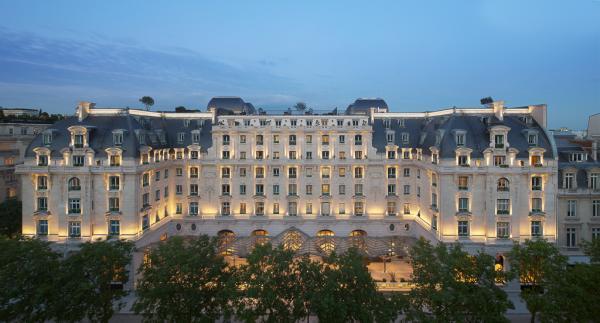 La majestueuse façade de l'hôtel à la nuit tombée, côté Avenue Kléber | © The Peninsula Hotels