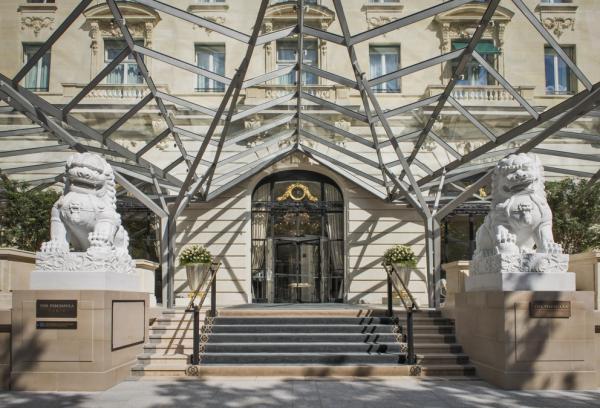 Entrée de l'hôtel entre les deux lions, côté Avenue Kléber | © The Peninsula Hotels