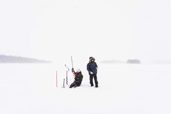 Pêche au trou sur le lac gelé avec Timo.