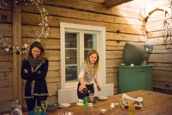 Catherine, du Naali Lodge, et Riina, l'assistante d'Anu Pentik à la table du dîner dans le Pentik Manor.