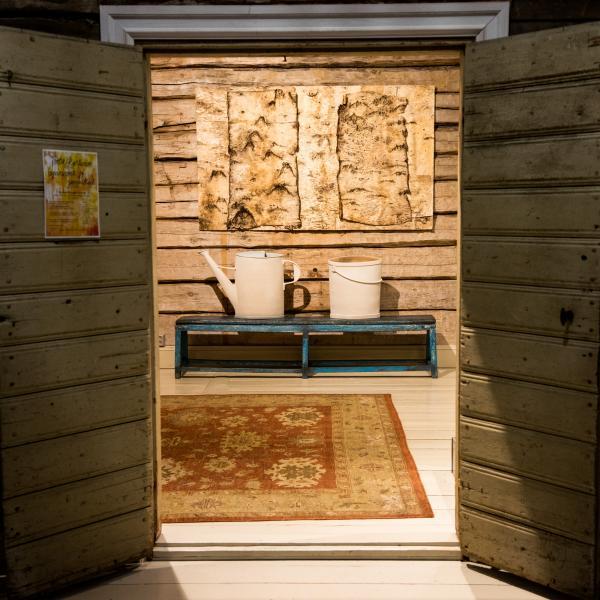 L'entrée du Pentik Manor avec des céramiques de l'artiste coréen de renommée mondiale Suku Park.