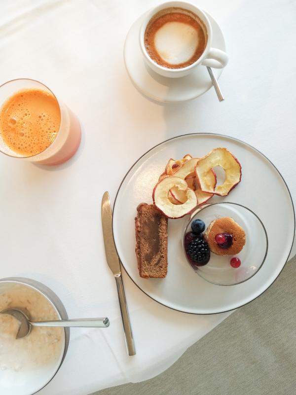 Un petit-déjeuner de grande qualité. Ici, de délicieux mini-pancakes servies avec des baies.