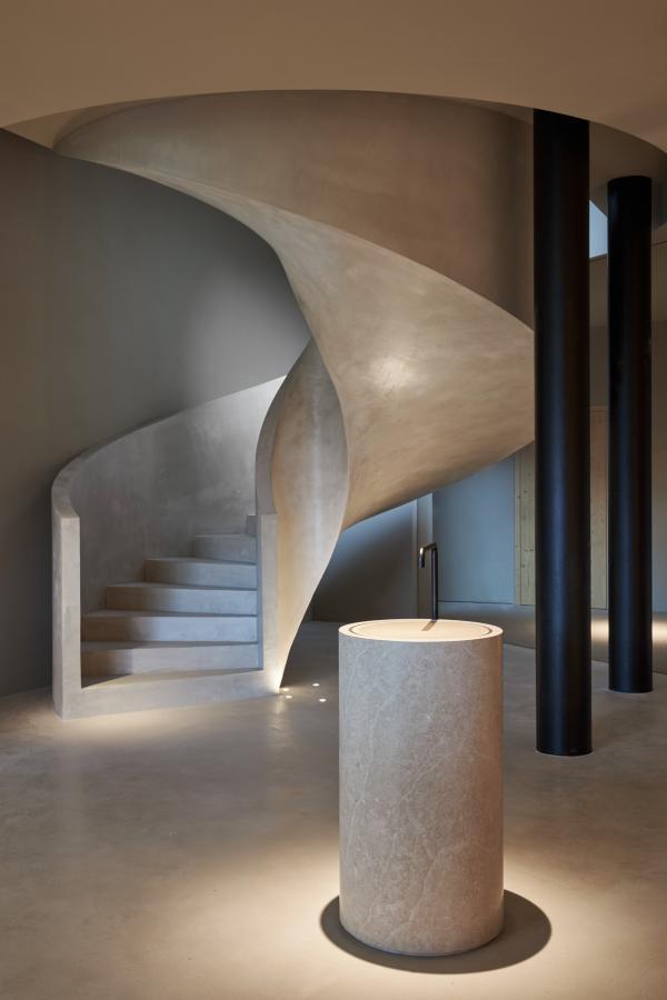 Design minimaliste dans le spa. L'enduit à base de dolomite est la signature de Forestis.  © Forestis