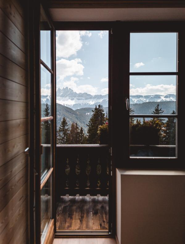 Balcon d'une suite standard, dans le bâtiment historique.  © Forestis