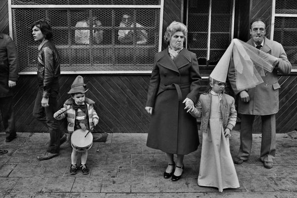Spectateurs du carnaval de Binche, Belgique. 1975. © Harry Gruyaert / Magnum Photos