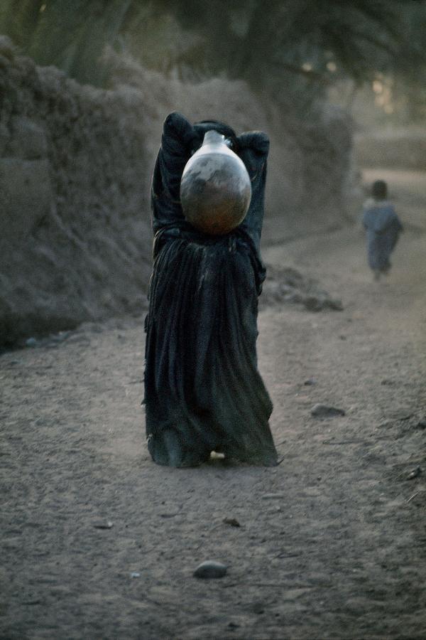 Femme portant une jarre en argile. Région du Tafilalet. 1986. © Harry Gruyaert / Magnum Photos
