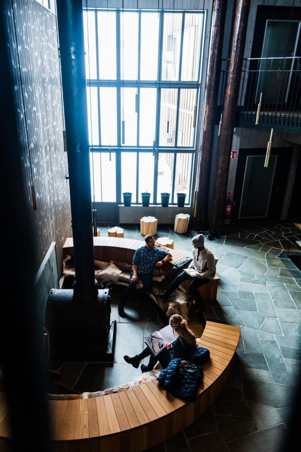 Hauteur impressionnante dans le lobby, occupé par une cheminée dont la forme rappelle le bouilleur d'une locomotive à vapeur. © Mattias Fredriksson