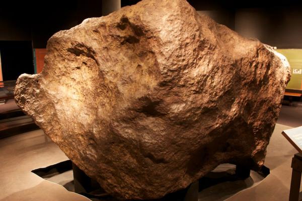 """Avec ses 34 tonnes la météorite """"Ahnigito"""" (""""la tente"""") a du être placé sur un support qui repose directement sur le substrat rocheux en-dessous de l'American Museum of Natural History. © Mike Cassano CC by 2.0"""