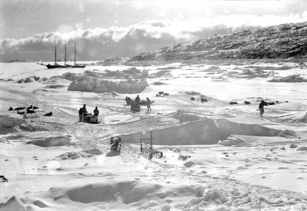 Le schooner Greely pris dans les glaces du Foulke Fjord, au fond duquel est situé Etah. Photo de Robert Inglis Jr. 1937-1938.  Les membres de l'expédition MacGregor, aujourd'hui un peu oubliée, avait hiverné à Etah comme de nombreux autres explorateurs de l'arctique.