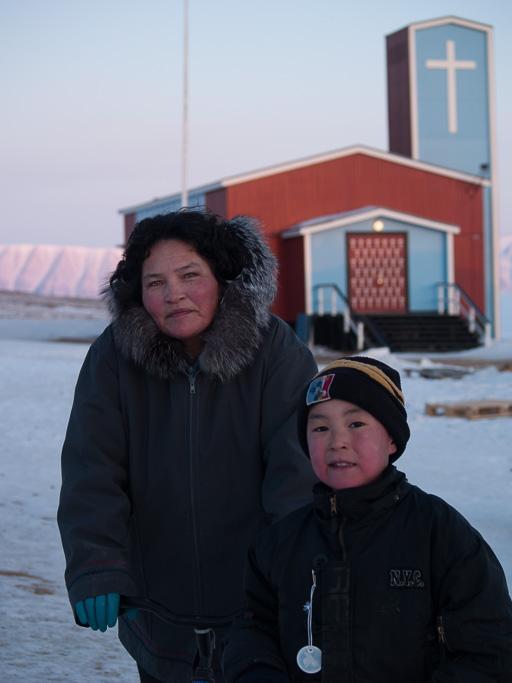 Juaanna et Nikkulannguaq devant l'église de Qaanaaq.