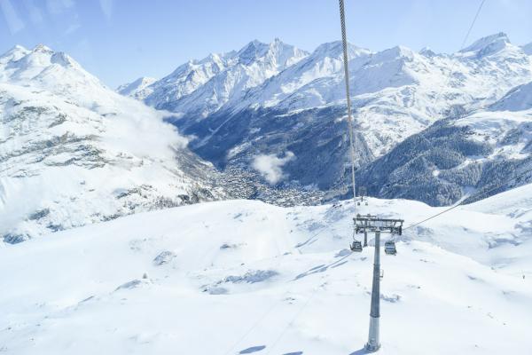 Plus haut c'est encore l'hiver... A l'arrière-plan la vallée de Zermatt.