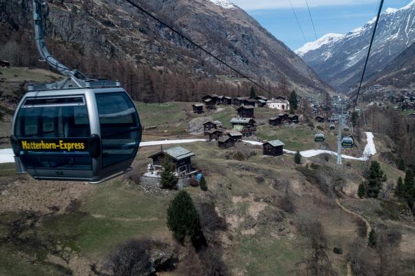 """Le village de Blatten est """"survolé"""" par les télécabines qui relient Zermatt à Furi."""